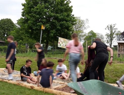 Schüler der Realschule stellen Barfußpfad fertig